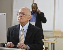 Männer, die im Büro arbeiten Stockbilder