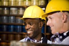 Männer, die im Drucksystem arbeiten Stockbilder