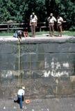 Männer, die Kanal reparieren Stockfotos