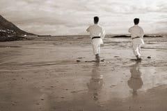 Männer, die Karatestrand üben Lizenzfreie Stockfotos
