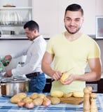Männer, die Kartoffelsuppe kochen Stockfoto