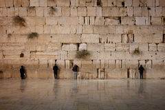Männer, die an Klagemauer - altes Jerusalem, Israel beten Stockfotos