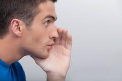 Männer, die Klatsch sagen. Hübsche junge klatschende Männer bei der Stellung Stockbild