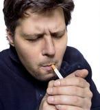 Männer, die Leuchte eine Zigarette erhalten Lizenzfreie Stockfotografie