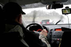 Männer, die mit einem GPS antreiben Stockfotografie