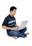 Männer, die mit Laptop sitzen Lizenzfreies Stockbild