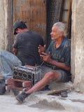 Männer, die an Motor arbeiten Lizenzfreie Stockfotografie