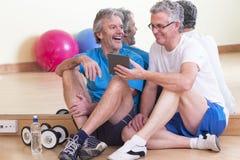 Männer, die nach Turnhallentraining sich entspannen Stockfoto