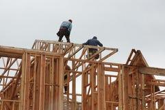 Männer, die an neuem Haus arbeiten lizenzfreies stockbild