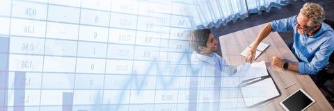 Männer, die Papiervereinbarung mit Zahl- und Statistikübergang unterzeichnen Lizenzfreie Stockfotografie