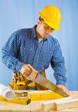 Männer, die Planke schneiden Lizenzfreie Stockbilder