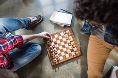 Männer, die Schach spielen Stockbilder