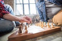 Männer, die Schach spielen Lizenzfreies Stockbild