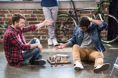 Männer, die Schach spielen Stockfotos