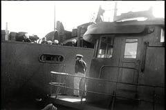 Männer, die Schlachtschiff starten stock video