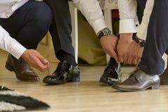 Männer, die Schuhe binden lizenzfreie stockfotografie
