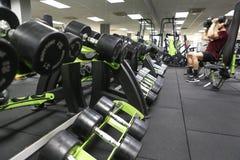 Männer, die sein Training an der Turnhalle tun lizenzfreie stockfotografie