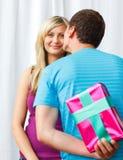 Männer, die seiner Freundin ein Geschenk geben Stockfotografie
