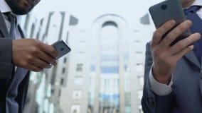 Männer, die Smartphone für Schnellzugriff zu den Informationen, zur Technologie und zur Bequemlichkeit verwenden stock video footage