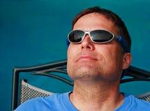 Männer, die Sonne genießen stockfoto