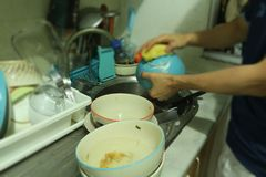 Männer, die Teller und Schalen waschen Stockbild