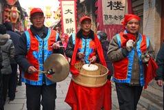 Männer, die Trommelklingelchinesische Volksunterhaltung spielen Stockfoto