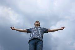 Männer, die vor dem blauen Himmel stehen Stockfotos