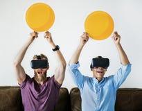 Männer, die VR-Kopfhörer tragen und Kreisikonen halten Lizenzfreies Stockfoto