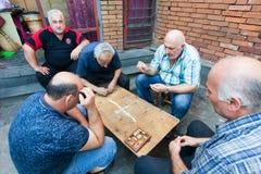 Männer, die Würfelspiel, Tiflis, Georgia spielen Slight Unschärfe im Seitentrieb, um Bewegung zu zeigen lizenzfreie stockfotografie
