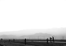 Männer, die weg in Abstand anstarren Lizenzfreie Stockbilder