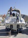 Männer, die Yachtboot waschen Lizenzfreies Stockbild