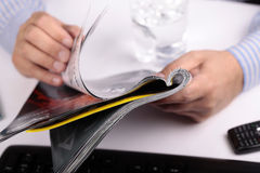 Männer, die Zeitschrift lesen Lizenzfreie Stockbilder