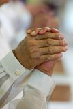 Männer, die zusammen an der Kirchehochzeitszeremonie beten Lizenzfreie Stockfotografie