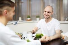 Männer durch Frühstück stockfoto