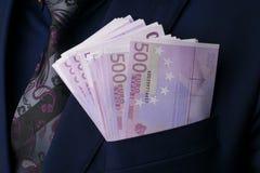 In Männer ` entspricht s Euro 500 Bestechungsgeld und Korruption mit Eurobanknoten Lizenzfreies Stockbild