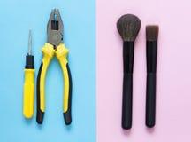 Männer gegen Frauen Men& x27; s-Werkzeuge und women& x27; s-Make-up Stockfotografie