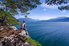 Männer genießen norwegische Natur Stockbilder