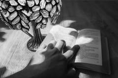 Männer hält ein Buch, Schwarzweiss stockbild