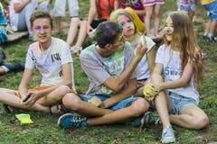 Männer haben Spaß während des Festivals der Farbe Lizenzfreie Stockfotos
