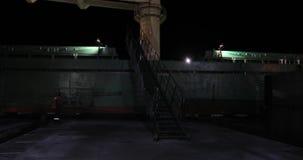Männer, Hafenarbeitskräfte, helfen, ein Handelsschiff festzumachen stock video