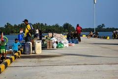 Männer handeln in einer großen Vielfalt von Verkäufen an Sebesi-Docks in Lampung, in Indonesien Lizenzfreie Stockfotos