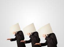 Männer im formalen Gestikulieren mit leerem Papier Stockfotografie