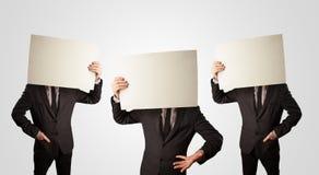 Männer im formalen Gestikulieren mit leerem Papier Stockfoto