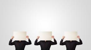 Männer im formalen Gestikulieren mit leerem Papier Lizenzfreie Stockfotos