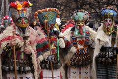 Männer im traditionellen Maskeradekostüm Stockfotos