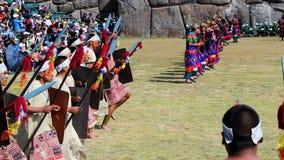 Männer in Inca Costume Inti Raymi Celebration, der an der richtigen Stelle Zeitlupe laufen lässt stock footage