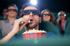 Männer am Kino. lizenzfreie stockfotografie