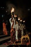 Männer mit brennenden Bechern in Uttarkhand Lizenzfreie Stockfotos