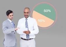 Männer mit den bunten Diagrammstatistiken 50 Prozent halb Lizenzfreie Stockfotos
