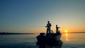 Männer mit einem Boot auf einem Angelausflug, Abschluss oben stock footage